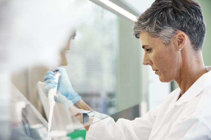 mulher realizando exame do cariotipo em um laboratório de análises clínicas