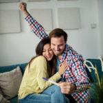 Casal comemorando o exame positivo do tratamentos para engravidar