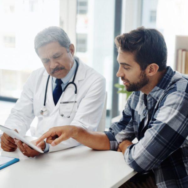 Homem em consulta médica após realizar o espermograma
