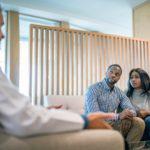 casal em uma consulta médica sobre falência ovariana precoce